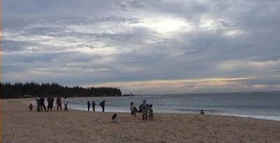 Menikmati Tarian Langit di Pantai Eumpee Nulu Aceh Besar