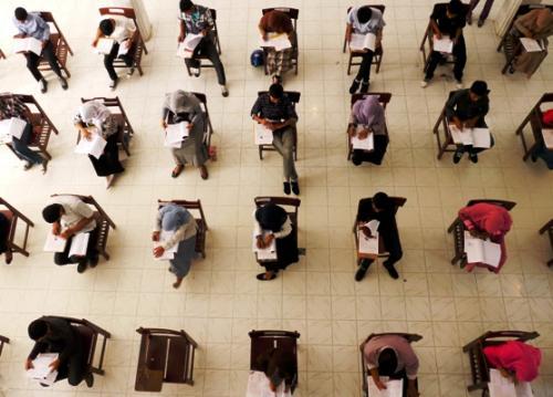 PESERTA mengerjakan soal ujian SNMPTN di Universitas Syiah Kuala, Banda Aceh Selasa (12/6)