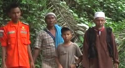Armansyah (dua dari kiri) pantau pencarian keluarganya (Dok: Sindo TV/Ismail M)
