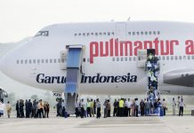 Jamaah calon haji (JCH) kloter 8A menaiki pesawat Boeing 747-400 di Bandara Internasional Sultan Iskandar Muda (SIM), Blangbintang, Aceh Besar, Minggu (9/10). Pesawat jenis tersebut mendarat untuk pertama kali setelah tim verifikasi Ditjen Perhubungan Udara menyatakan bandara SIM layak untuk pendaratan pesawat jenis jumbo jet. (SERAMBI/M ANSHAR)