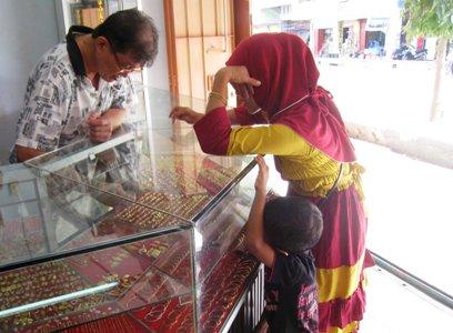 Melayani pembeli emas (Foto Erwin)