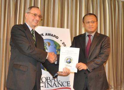 Dirut Bank Muamalat Arviyan Arifin (kanan) menerima penghargaan (Foto harianterbit.com)