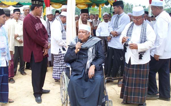 Abu Panton beserta jajaran majelis ulama Aceh Timur dalam acara maulid Nabi Muhammad Saw, di Dayah Bustanul Huda/Dayah Paya Pasi Julok, Aceh Timur, Ahad (18/3/2012)