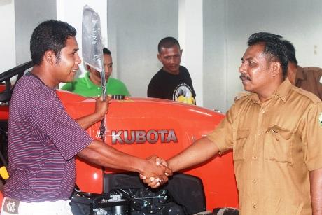 Serah Terima Traktor Oleh Ir. Mawardi dari Dinas Pertanian yang di Terima Saifuddin A. Gani dari ACDK (Foto Tarmizi Age)