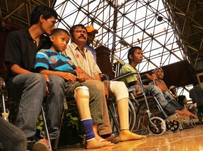 Terima alat bantu (Foto antaranews.com)