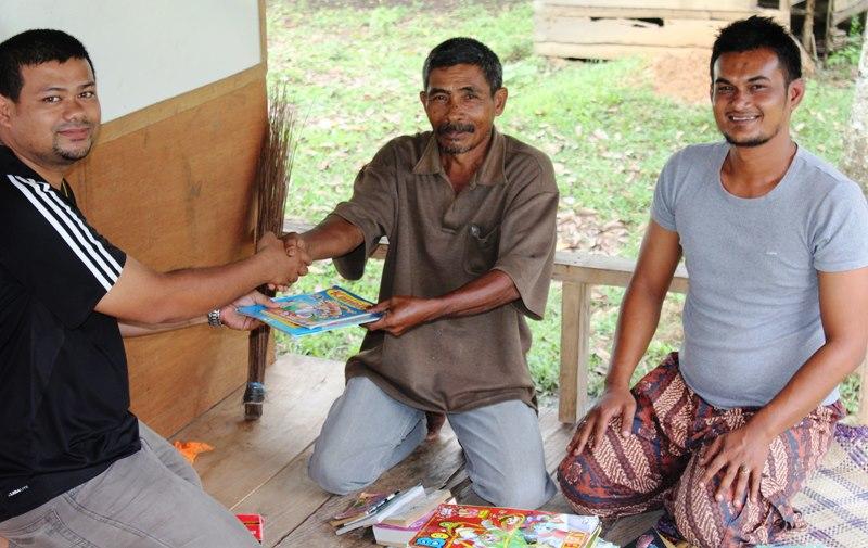 Blogger Aceh Salurkan Buku ke Taman Baca Monprei