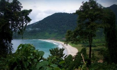 Pantai Lambaro dari atas gampong Gugop (Foto M Iqbal)