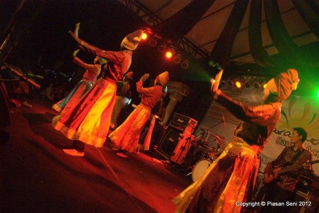 Penampilan seni tari di salah satu panggung utama Piasan Seni Banda Aceh 2012