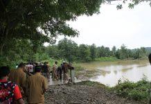 Dampak banjir di gampong Alue Sijuek kecamatan Peudada hampir putus (Foto Tarmizi Age)