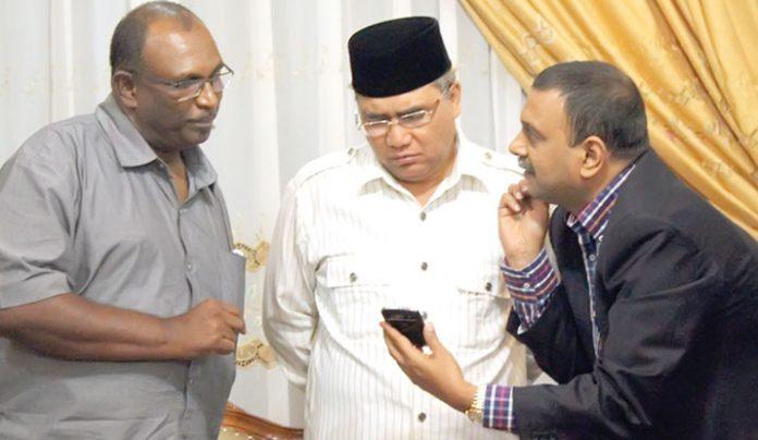 Direktur Utama PT Kamadhenu Ventures Indonesia (KVI),Naanda Kumar (kanan) meyakinkan Bupati Aceh Tengah Nasaruddin terkait pembangunan pabrik gula di Kecamatan Ketol. (Julihan Darussalam/Analisa)