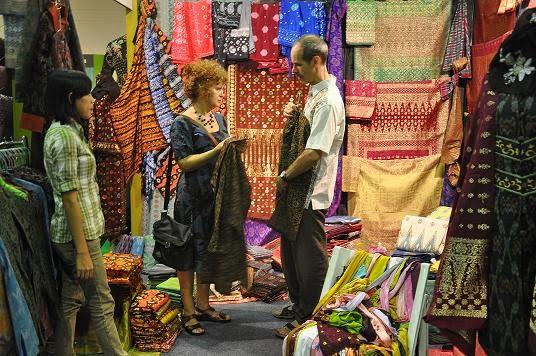 Wisman membeli batik di pameran wisata. Foto Adji K.