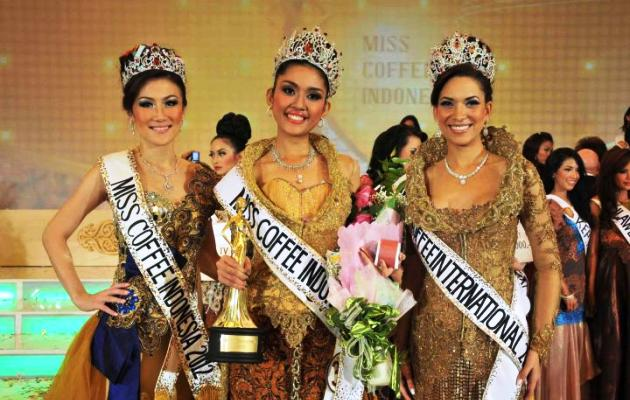 Elizabeth Priscillia (tengah) didampingi Bianca Beatrice (kiri) dan Miss Coffee International 2012, Catherine Ramirez (kanan) dari Dominican Republic, Miss Coffee Internasional 2012.