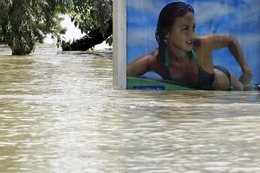 Berkat Banjir Hungaria, Model Iklan Bilboard Akhirnya Bisa Berenang