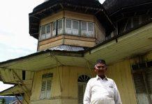 Tgk Puteh berdiri didepan masjid tua (M Iqbal/SeputarAceh.com)