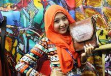 Di stan pameran kuliner Nusantara di gedung JEC Jogjakarta, Putri sedang bergaya bersama tas produk home industri yang dipimpin Ayahnya (Foto Tarmizi Age)