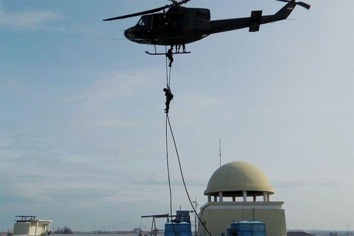 Pasukan Raider Yonif 112 Kodam Iskandar Muda (IM) turun dari helikopter di atap Hermes Palace Hotel dalam simulasi pembebasan sandera, Banda Aceh, Selasa (25/6). Latihan penanganan terorisme memasuki itu bertujuan meningkatkan kemampuan pasukan raider dalam tugas operasi khusus.(Seputar Aceh/Pozan Matang).