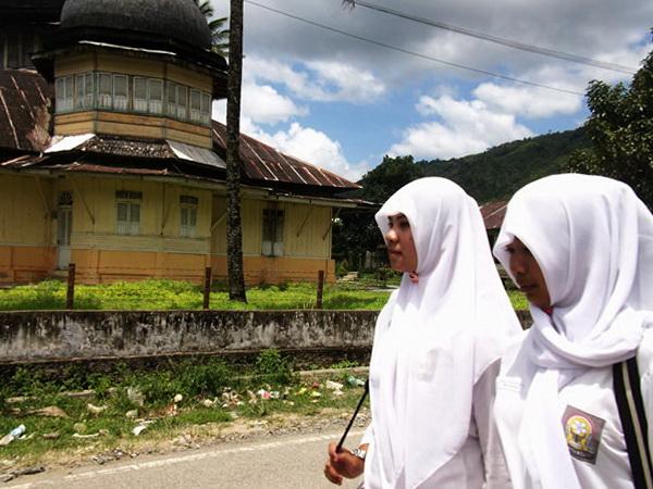 dara tangse sepulang dari sekolah melewati Masjid tua