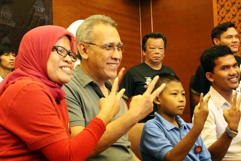 Pendiri Darah Untuk Aceh foto bersama Iwan Fals dan penderitaThalassemi (Foto Pozan Matang)