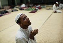 Menangsi dalam doa (Foto Daniel Etter/reduxpictures.com)