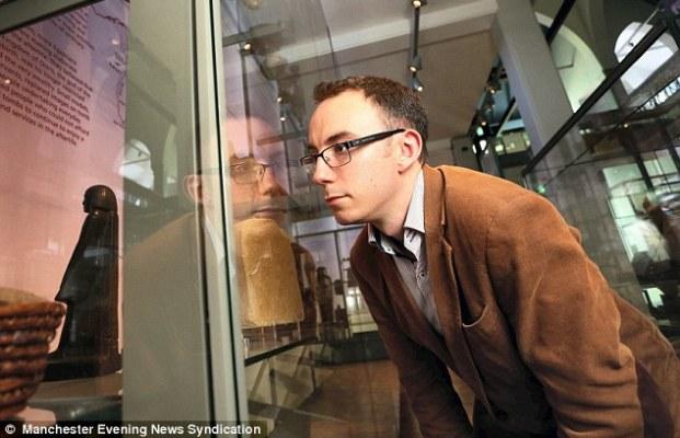 Patung Dewa Osiris di dalam kaca (dailymail.co.uk)