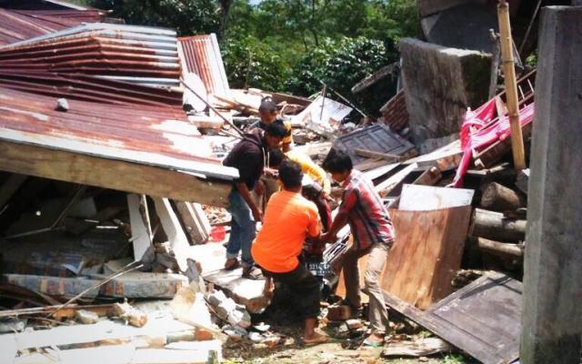 Warga menyelematkan harta di lokasi gempa (Foto Twitter @IndieGem)