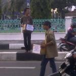Relawan di Posko Pecinta Alam juga meminta sumbangan pada pengguna jalan