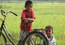 Anak-anak menebar senyuman di Gampong Alue Sijuek, Peudada, Bireuen (Foto Karsten Ekmann)