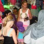 Istri Karsten Ekmann sedang belanja di pasar Bireuen