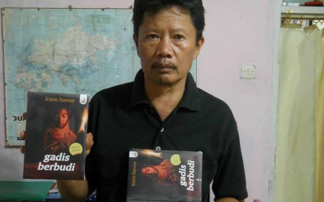 """Irzen Hawer, memperlihatkan novel terbarunya """"Gadis Berbudi"""" (2013)."""