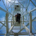Menaiki menara lampu suar setinggi 35 meter di Pulau Bunta (M Iqbal/SeputarAceh.com)