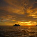 Menikmati sunset dari balik pulau-pulau kecil (M Iqbal/SeputarAceh.com)