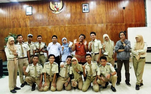 Tim FAM Indonesia Cabang Surabaya mengunjungi SMK Teknik PAL Surabaya, Rabu (22/1), dan memberikan motivasi menulis di sekolah itu (IST)