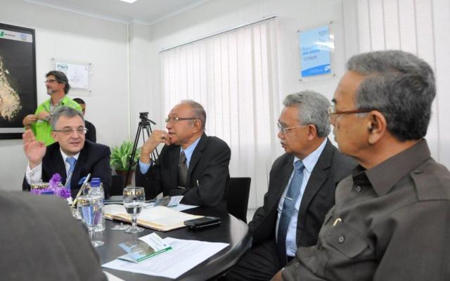 Country CEO PT Lafarge Cement Indonesia, Antony Ricolfi (paling kiri) tengah berdiskusi saat menerima kunjungan dari jajaran Pemerintah Aceh