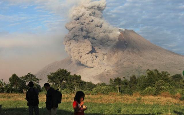 Gunung Sinabung menyemburkan debu vulkanik, terlihat dari Perteguhen, Karo, Sumut, Senin (6/1). (AP/Binsar Bakkara)