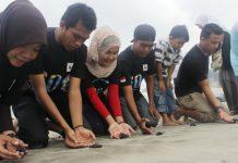 Pelepasan Tukik di Lhoknga, Aceh Besar (Foto Yulianova)