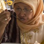 Ibu Gubernur Aceh, Niazah A Hamid mencicipi kuah beulangong (Foto M Iqbal/SeputarAceh.com)
