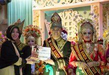 Ibu Illiza memberikan plakat kepada Fathur Maulana Agam Banda Aceh 2014 (Foto M Iqbal/SeputarAceh.com)