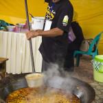 Peserta sedang memasak kuah beulangong (Foto M Iqbal/SeputarAceh.com)