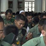 Anggota TNI ikut berdoa untuk kedamaian Aceh (Foto M Iqbal/SeputarAceh.com)
