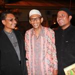 Haji Uma, Tarmizi (manuskrip Aceh) dan rafly berfoto bersama di acara Banda Aceh Heritage Award (Foto M Iqbal/SeputarAceh.com)
