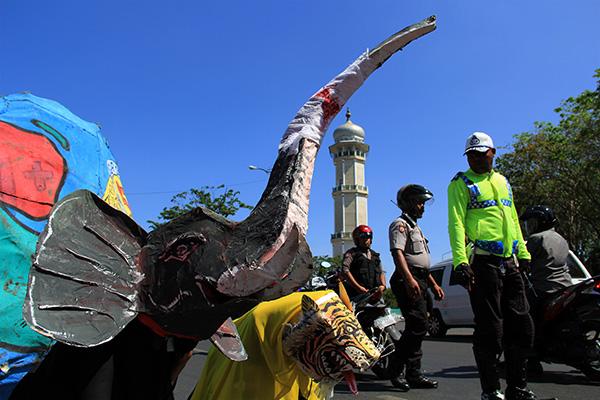 Manusia bertopeng satwa gajah dan harimau (Foto M Iqbal/SeputarAceh.com)
