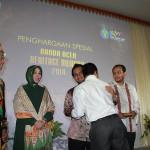 Penghargaan khusus Banda Aceh Heritage Award untuk Almarhum Mawardy Nurdin (Foto M Iqbal/SeputarAceh.com)