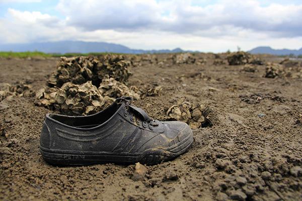 Sepatu karet pencari tiram di areal tambak Gampong Pande (Foto M Iqbal/SeputarAceh.com)