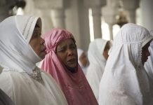 Seorang Ibu khusyu' dalam berzikir (Foto M Iqbal/SeputarAceh.com)