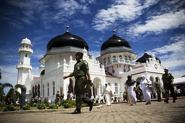 Warga berjalan di halaman masjid usai berdoa dan zikir (Foto M Iqbal/SeputarAceh.com)