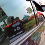 Membagikan leaflet kepada pengguna jalan raya di Banda Aceh (Foto M Iqbal/SeputarAceh.com)