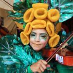 Seorang anak berkostum daun bermain biola (Foto M Iqbal/SeputarAceh.com)
