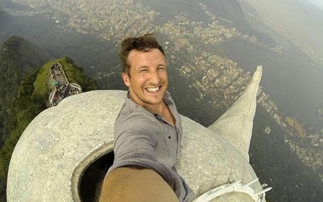 Lee Thompson foto selfie dari atas patung