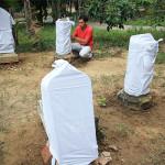 Batu nisan ditutup dengan kain putih agar terlindungi paparan sinar matahari dan hujan (Foto M Iqbal/SeputarAceh.com)