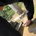 Membersihkan jamur yang melekat pada batu nisan (Foto M Iqbal/SeputarAceh.com)